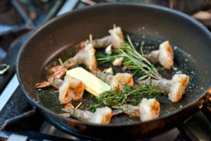 Preparation of king prawns in a non-stick pan