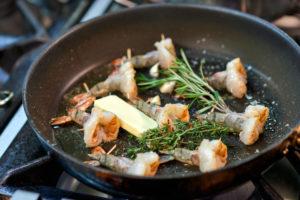 Preparation of king prawns in a non-stick pan