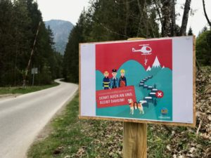 Hinweistafel des Bayerischen Staatsministerium zu Corona und damit verbundenen Ausgangsbeschränkungen in den Bergen