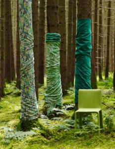 Grüne Stoffe und Dekoration im Wald