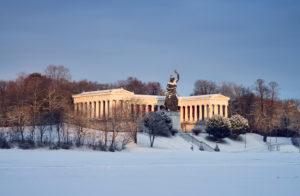Deutschland, Bayern, Oberbayern, München, Theresienwiese, Ruhmeshalle mit Bronzestatue Bavaria
