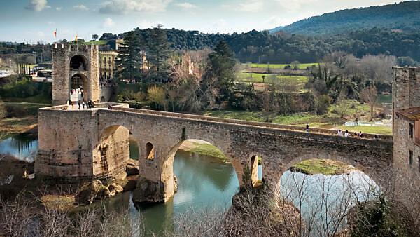 Pont Vell over the Fluvià river in Besalú. The place has been recognized as a cultural asset (Bien de Interés Cultural) in the Conjunto histórico-artístico category since 1966. The bridge was built around 1315.