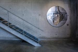 Treppe und Schild im L'Aspirateur in Narbonne