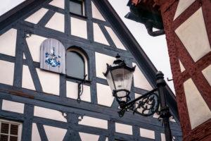 Typische Fachwerkshausfassade in Seligenstadt, Holzfensterladen bemalt