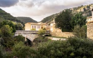 Einfahrt über Brücke nach Félines Termenès im Herbst