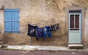 Hausfassade mit Wäsche zum trocknen in Saint Pierre des Champs