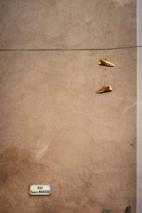 Hängende Turnschuhe in Narbonne