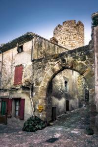 Eckturm der Burg Villerouge Termenès und Steinbogen. Im XII Jahrhundert erbaut.  Monument historique.