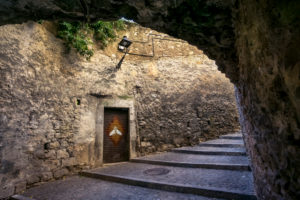 Alte Steintreppe und Steindurchgang in Girona im Herbst.