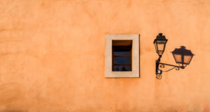 Alte Strassenlampe und Fenster mit Schatten in Coursan