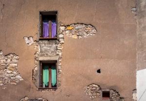 Alte Hauswand und Fenster in Narbonner Altstadt.