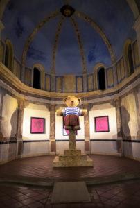 Chapelle des Pénitents Bleus. Im XVIII Jahrhundert im barockem Still in Narbonne erbaut. Austellung « My Teddy is god » vom französischen Künstler OLLL