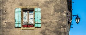 Fenster und Strassenlampe in Montady bei Beziers