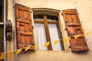 Fenster mit alten Holzläden in Molitg les Bains