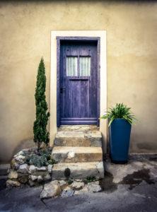 Farbige Holztüre und Treppe in Gruissan