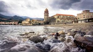 Plage Nord in Collioure im Herbst, Kirche Notre Dames des Anges, Château Royal de Collioure
