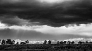Gewitter über Felder im Frühling bei Vinassan