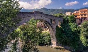 Le Pont du Diable über den Fluss Tech bei Céret. Die einbogige Steinbrücke wurde im XIV Jahrhundert erbaut und  ihr einziger Bogen ist 45 Meter weit.  Monument historique.