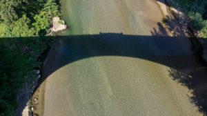 Schatten des Pont du Diable über den Fluss Tech bei Céret. Die Brücke wurde im XIV Jahrhundert erbaut und  ihr einziger Bogen ist 45 Meter weit.