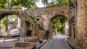 La Porte d'Espagne in Céret im Frühling. Im XIII Jahrhundert erbaut. Diennte als Haupteingang in das von Mauern umringte Dorf. Monument Historique.