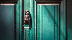 Alter Türklopfer auf einer Holztüre in Céret