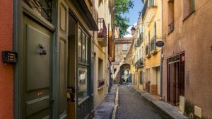Gasse die zur Porte de France in Céret führt. Im XIII Jahrhundert erbaut, diennte sie als Einlass in das von Mauern umringte Dorf. Monument Historique.