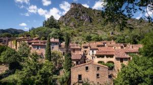 Blick auf das Dorf Saint Guilhem le Désert im Frühling. Das Dorf gehört zu den Plus Beaux Villages de France. Liegt am am Pilgerweg nach Santiago de Compostela.