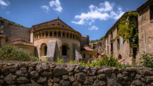 """Kloster von Gellone in Saint Guilhem le Désert im Frühling. Das Klostergelände wurde im IX Jahrhundert erbaut und ist als Teil des Weltkulturerbes der UNESCO """"Jakobsweg in Frankreich"""" ausgezeichnet. Das Dorf gehört zu den Plus Beaux Villages de France."""