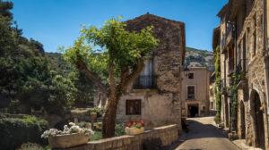 Dorfgasse in Saint Guilhem le Désert im Frühling. Das Dorf gehört zu den Plus Beaux Villages de France. Liegt am am Pilgerweg nach Santiago de Compostela.