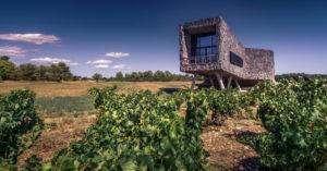 Weinkeller der Domaine Castigno bei Assignan im Sommer. Hat die Form einer Flasche und die externen Wände sind mit Kork bedeckt.