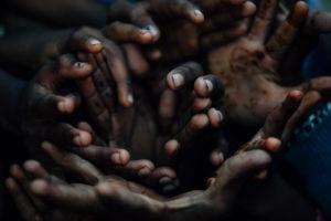 Indische Kinder spielen mit ihren Händen