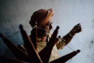 Ein Seidenspinner in den Strassen von Ahmedabad