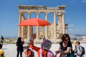 Besucher vor der Akropolis in Athen, Griechenland