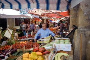 Verkäufer mit Zigarette auf einem Markt in Palermo, Sizilien