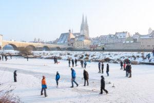 Im Januar 2017 war es so kalt in Deutschland, dass die Donau in Regensburg zugefroren ist, sodass man darauf Schlittschuhlaufen konnte.