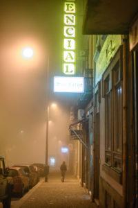 Abends in den Straßen von Porto