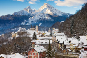 Germany, Oberbayern, Berchtesgaden, View of town and Watzmann mountain in winter