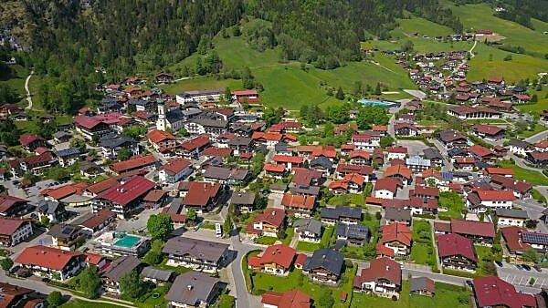 Blick auf Reit im Winkl, Landkreis Traunstein, Chiemgau, Oberbayern, Bayern, Deutschland, Luftaufnahme