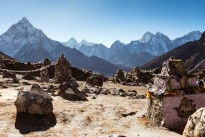Gedenkstätte für verunglückte Bergsteiger und Kletterer, Gebirge im Hintergrund