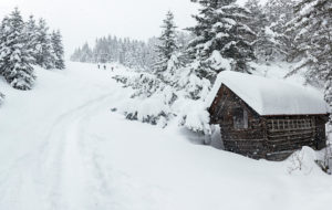 3 Skitourengeher auf dem Weg zum Kranzberg, Holzstadel im Vordergrund, Mittenwald, Oberbayern, Deutschland