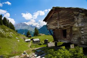 Typischer Walliser Holzstadel mit Sommerwiese in Zermatt, Wallis, Schweiz,