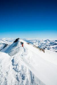 Zwei Personen auf dem Gipfelgrad, Cevedale, Südtirol, Italien,