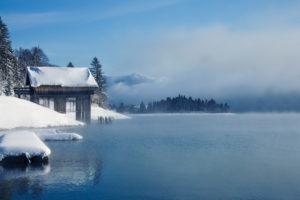 Wintermorgen am Walchensee, Bootshaus, Nebel, Oberbayern, Deutschland