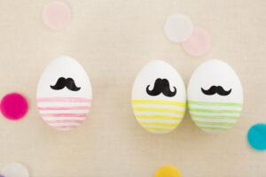 drei Ostereier mit Bart, bunt