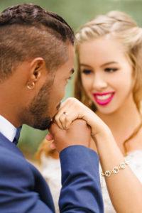 Hochzeit, Brautpaar, glücklich, Diversität, Liebe, Handkuss, Brautschmuck