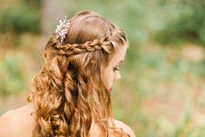 Braut, Hochzeit, Garten, junge Frau, Brautkleid, Querformat, Kopfschmuck, Zopf