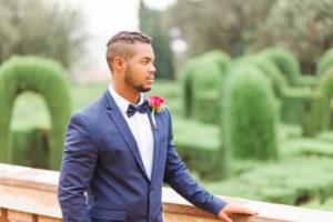Hochzeit, Bräutigam, junger Mann, Diversität, Garten, Querformat, hinweg schauen