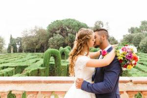 Hochzeit, Brautpaar, junge Erwachsene, Diversität, Liebe, Garten, küssen, Aussicht