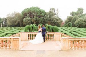 Hochzeit, Brautpaar, junge Erwachsene, Diversität, Liebe, Garten, Rücken, Treppenabsatz