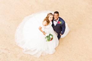 Hochzeit, Brautpaar, junge Erwachsene, Diversität, Liebe, Sand, Vogelperspektive